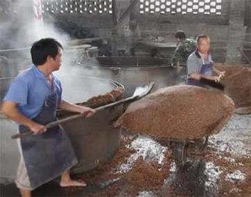 泸州品牌酒厂家浅析:白酒的传统工艺酿造